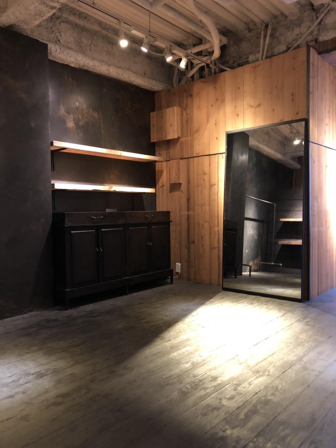ヴィンテージ古材の棚や什器を完備